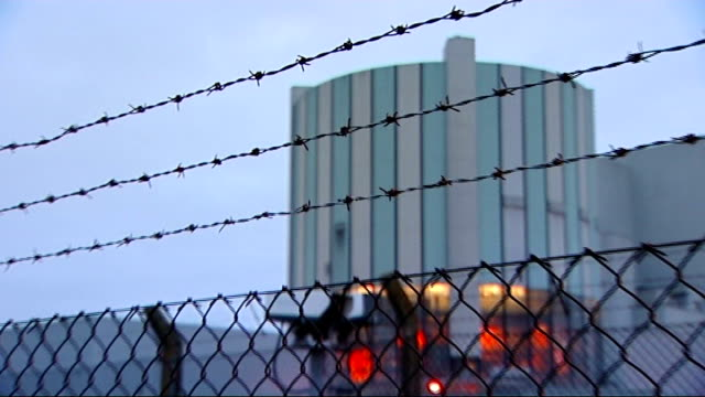 governmnet unveils green energy plans gloucestershire oldburyonsevern ext oldbury nuclear power station with barbed wire fence in foreground - ローラ・クエンスバーグ点の映像素材/bロール