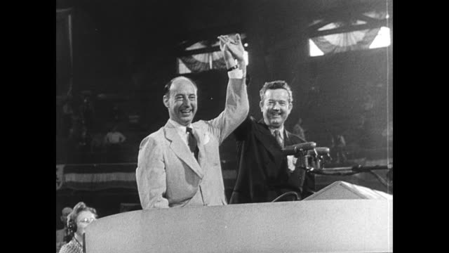 vidéos et rushes de governor adlai stevenson of illinois and senator john sparkman of albama appear at chicago convention hall during the closing session of the... - 1952