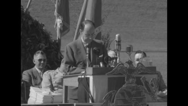 vidéos et rushes de governor adlai stevenson speech at podium to marine graduates …it is not to make good the errors of the past that you are here today it is to make... - adlai stevenson