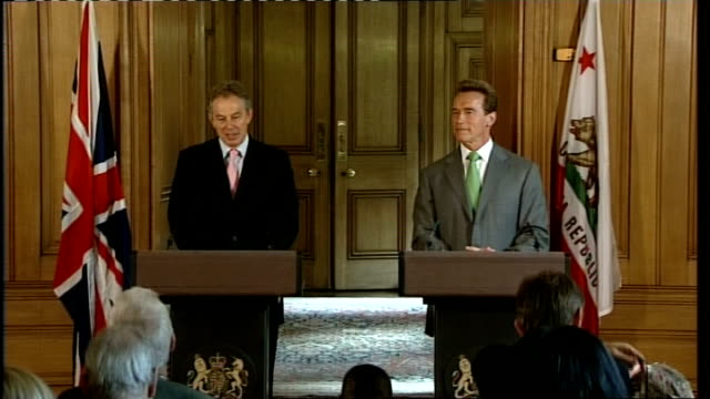 stockvideo's en b-roll-footage met governor arnold schwarzenegger official visit england london downing street int tony blair mp press conference arnold schwarzenegger sot anybody who... - gouverneur