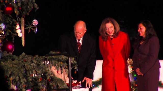 governor brown lights christmas tree at capitol on december 15 2013 in sacramento california - クリスマスツリー点灯式点の映像素材/bロール