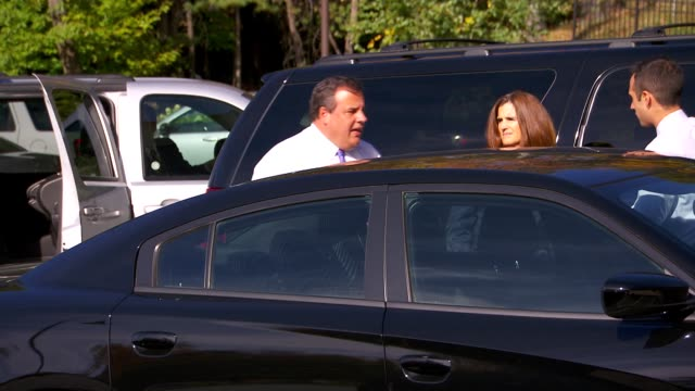 vidéos et rushes de nj governor chris christie exiting a car and entering a building / greeting people along the way / about to endorse mitt romney for president nj... - gouverneur