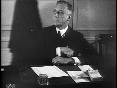 governor fd roosevelt sitting at desk wiping face with handkerchief / newsreel - 中年の男性一人点の映像素材/bロール