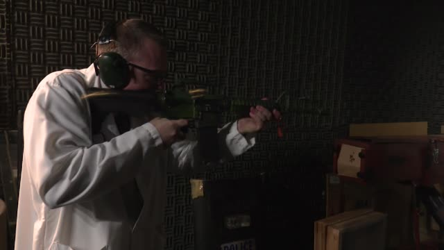 vídeos de stock e filmes b-roll de governor jay inslee visits the washington state patrol crime lab to see a bump stock device being demonstrated following the las vegas mass shooting. - protetor de ouvido