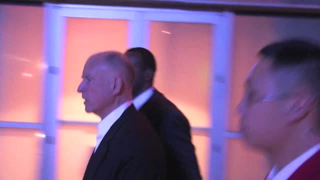 vidéos et rushes de governor jerry brown leaving staples center 02/17/12 - gouverneur