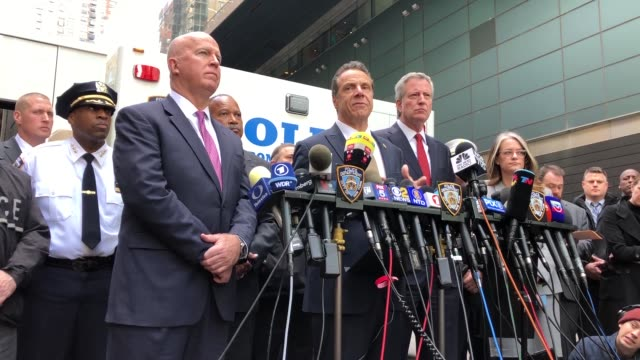 governor of new york andrew cuomo stands with new york city police commissioner james o'neill and new york city mayor bill de blasio at a news... - 長点の映像素材/bロール