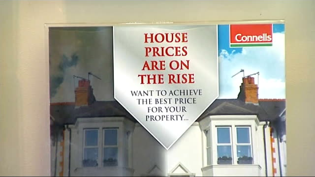 vídeos de stock, filmes e b-roll de governor of the bank of england ends cheap bank loans for mortgages r13091310 / 'connells house prices are on the rise' sign east midlands... - trepadeira