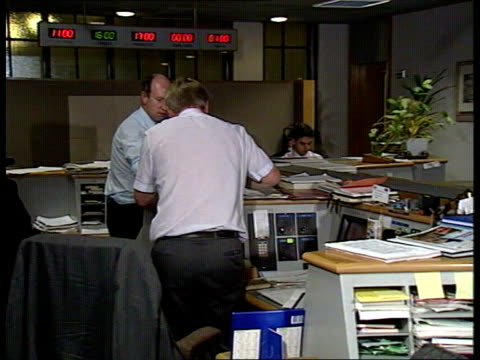 vidéos et rushes de governor of the bank of england pymhugh city of london seq currency dealers in trading room/ chatting on phone/ messages passed along conveyor belt... - fronton