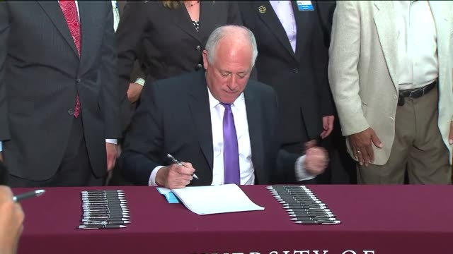 vídeos de stock, filmes e b-roll de governor pat quinn signs a bill allowing pot to be used for medical purposes and it goes in effect on 1/1/14 quinn signs the medical marijuana bill... - legislação
