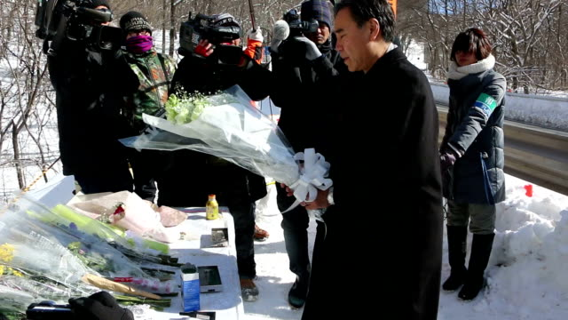 Governor Shuichi Abe of central Japan Nagano Prefecture on January 19 served flowers to the site of the severe bus accident that killed 15 youngsters...