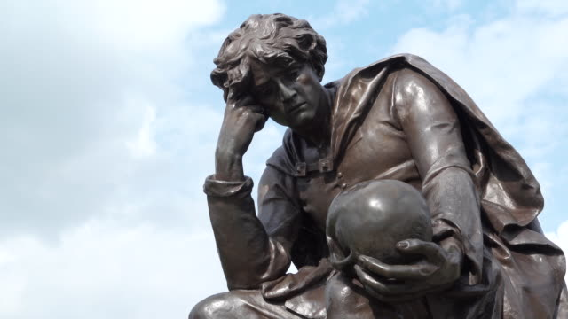 gower memorial in stratford-upon-avon, united kingdom - statue stock-videos und b-roll-filmmaterial