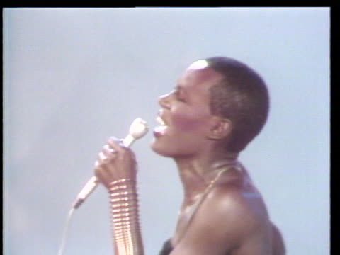 vidéos et rushes de grace jones performs for the first time on the soul alive stage. students from the bronx high school of science in new york are featured in this... - danser le disco