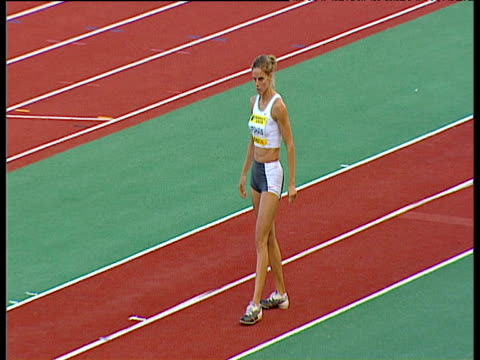 grace upshaw rouses crowd with some pre jump clapping before she leaps into the sand pit women's long jump 2004 crystal palace athletics grand prix... - lanci e salti femminile video stock e b–roll