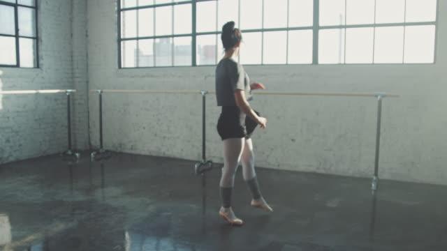 vidéos et rushes de danse gracieuse de femme dans le studio de ballet - objet manufacturé