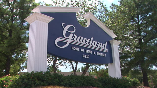 ws la graceland welcome sign, memphis, tennessee, usa - memphis tennessee stock videos & royalty-free footage