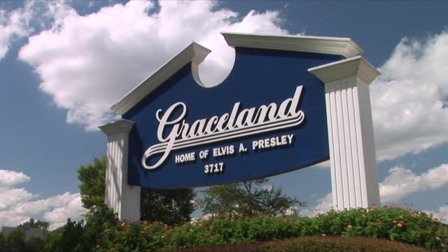 t/l ws la graceland welcome sign, memphis, tennessee, usa - memphis tennessee stock videos & royalty-free footage