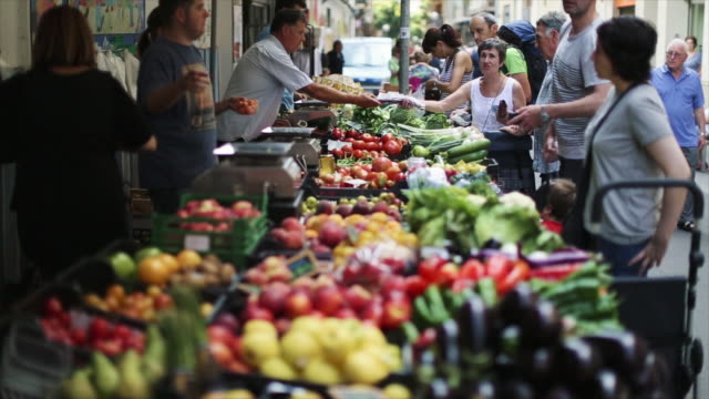 vidéos et rushes de gracia market in barcelona, everyday life in the city - marché paysan