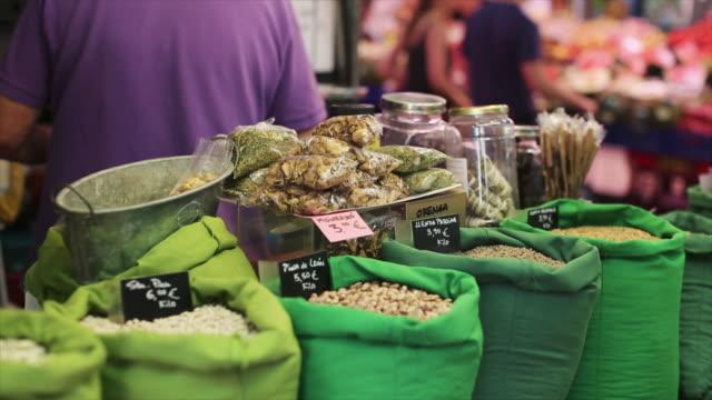 vídeos y material grabado en eventos de stock de gracia market in barcelona, everyday life in the city - tendero