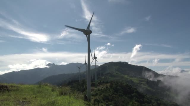 gracias a los rios el viento el sol y el calor de sus volcanes costa rica espera que este ano el 97% de la produccion electrica provenga de energias... - costa rica stock videos & royalty-free footage