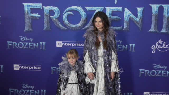 stockvideo's en b-roll-footage met gracie teefey and selena gomez at the frozen ii world premiere at dolby theatre on november 07 2019 in hollywood california - première