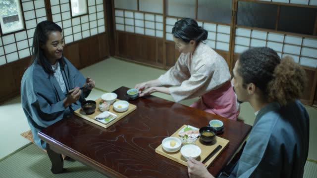 stockvideo's en b-roll-footage met hoffelijke gastvrouw serveert thee aan gasten in ryokan - ryokan