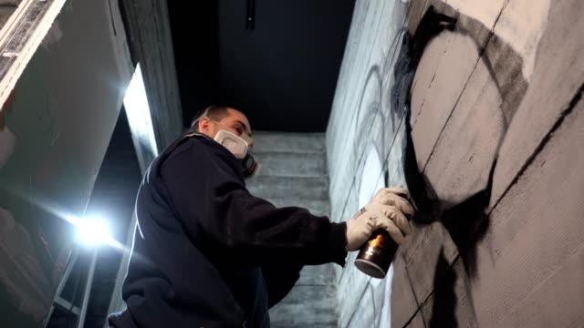 vídeos de stock, filmes e b-roll de grafiteiro decorar uma parede do café - pintor artista