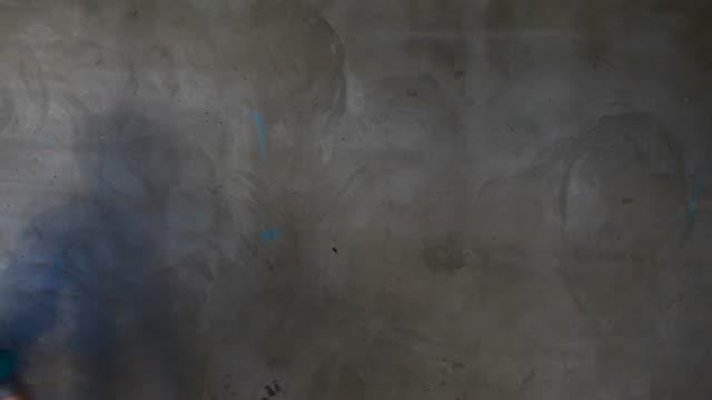 vídeos de stock, filmes e b-roll de a artista de grafite para seu texto (hd - característica de construção