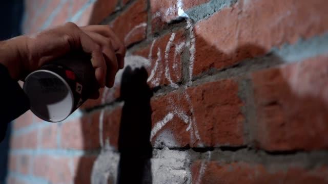 vídeos de stock, filmes e b-roll de linhas de contorno do graffiti artista pintura com spray aerossol - pintor artista