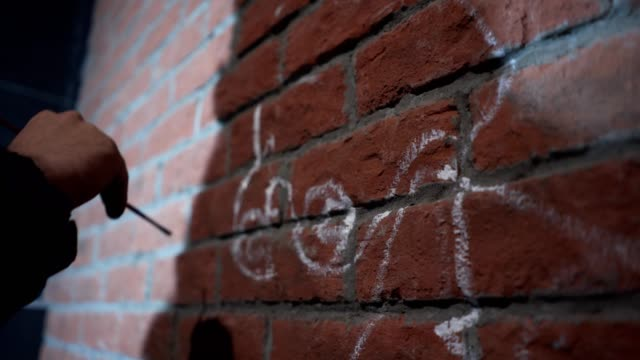 vídeos de stock, filmes e b-roll de grafiteiro preparar uma parede para um grande grafite - pintor artista