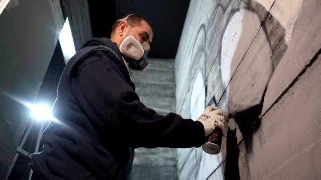 vídeos de stock, filmes e b-roll de grafiteiro sombreamento sua arte na parede - pintor artista