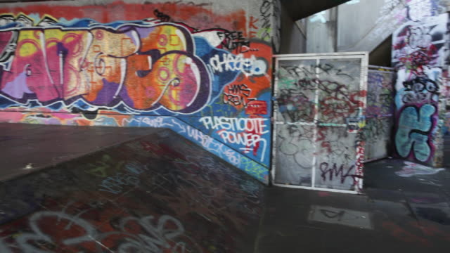 vídeos de stock, filmes e b-roll de graffiti in london by the thames, uk - feiura