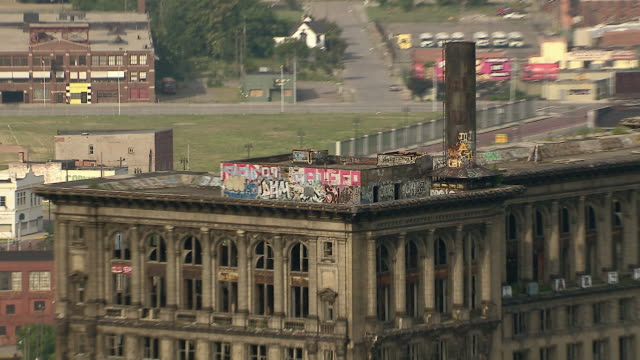 graffiti on detroit's abandoned train depot - condizione negativa video stock e b–roll
