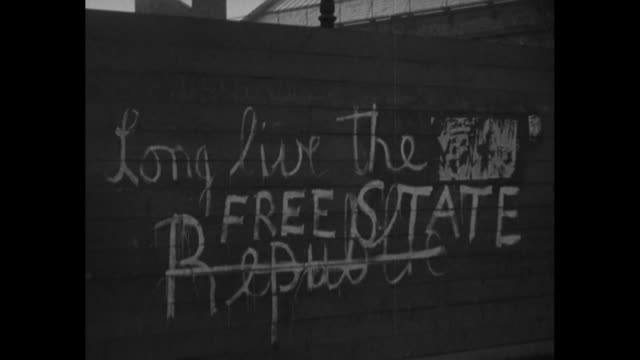 ms graffiti on wall that reads long live the free state republic and [michael] collins stood by us we'll stand by him - アイルランド共和国点の映像素材/bロール