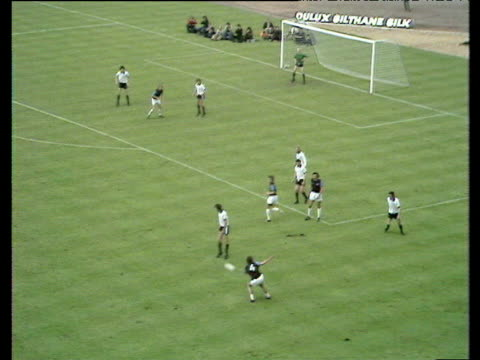 graham paddon shoots from edge of box peter mellor fails to catch cleanly and alan taylor scores from rebound west ham united vs fulham 1975 fa cup... - west ham fc stock-videos und b-roll-filmmaterial