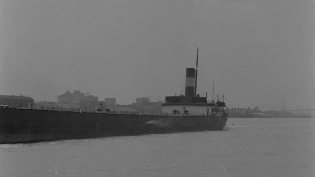 vídeos de stock, filmes e b-roll de a grain boat crosses lake michigan near the chicago skyline. - chicago 'l'
