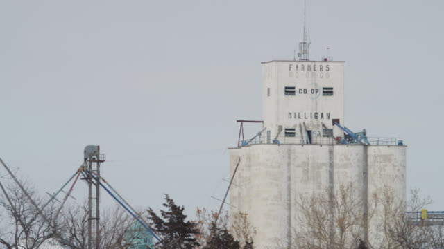 "vídeos de stock, filmes e b-roll de grain elevators in a rural winter landscape, read ""farmers co-op."" - sc47"