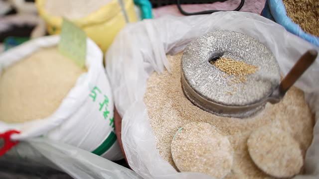 stockvideo's en b-roll-footage met cu pan grain in shop's display at conventional market / seongnam, gyeonggido, south korea - wasknijper
