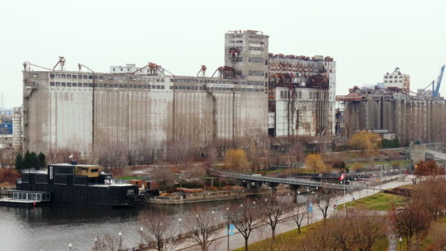 grain silos in montreal – medium shot from above in winter - vieux montréal stock videos & royalty-free footage