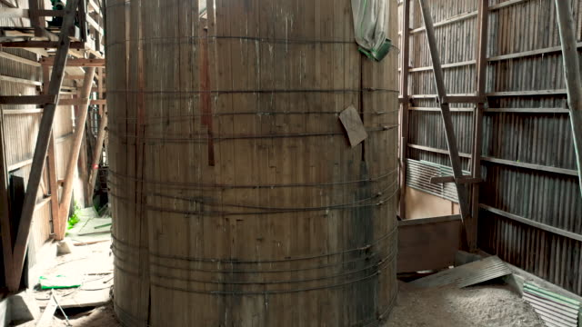 stockvideo's en b-roll-footage met grain storage silo inside abandoned barn - boerderijschuur