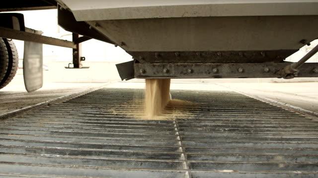 stockvideo's en b-roll-footage met grain truck - volkorentarwe