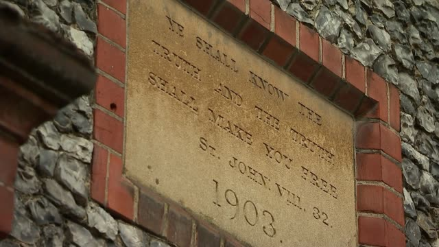 grammar schools and social mobility under scrutiny buckinghamshire marlowe carved stone plaque '1903' sun behind clouds in blue sky with silhouettes... - 1903 stock-videos und b-roll-filmmaterial