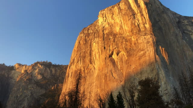 gran capitan wall in the yosemite valley during sunset. - yosemite nationalpark stock-videos und b-roll-filmmaterial
