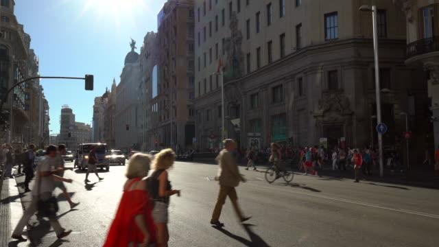 人々 を持つマドリードのグラン ・ ビア - マドリード グランヴィア通り点の映像素材/bロール