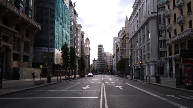gran via street practically empty due to the state of alarm on april 30, 2020 in madrid, spain. more than 25,000 people are reported to have died in... - マドリード グランヴィア通り点の映像素材/bロール