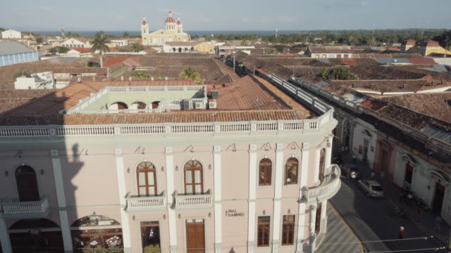 vídeos y material grabado en eventos de stock de granada - nicaragua skyline from the vantage point of the bell tower la merced church. in this 4k video we can see a hotel and a main street in the foreground and the colonial style cathedral with a dome on the background. - nicaragua