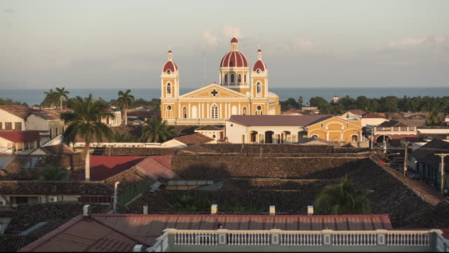 vídeos de stock, filmes e b-roll de granada - nicaragua time lapse from sunset to night. skyline from the vantage point of the bell tower la merced. in this 4k video we can see tile roofs in the foreground and the colonial style cathedral with a dome and cocibolca lake on the background. - 2016