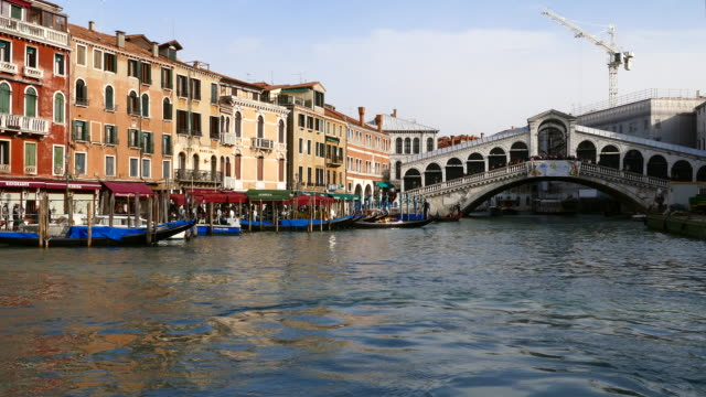 4k grand canal and rialto bridge in venice, italy - grand canal venice stock videos & royalty-free footage