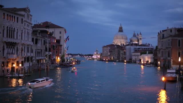 ws grand canal at dusk / venice, italy - エスタブリッシングショット点の映像素材/bロール