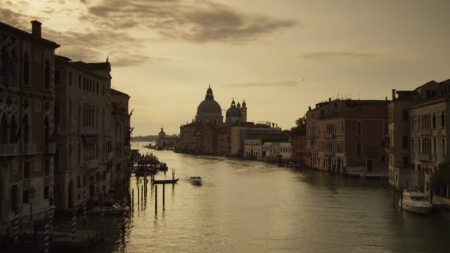 ws grand canal at dusk / venice - venedig stock-videos und b-roll-filmmaterial