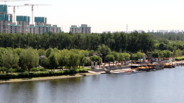 vídeos y material grabado en eventos de stock de grand canal forest park,beijing,china - embarcación de pasajeros